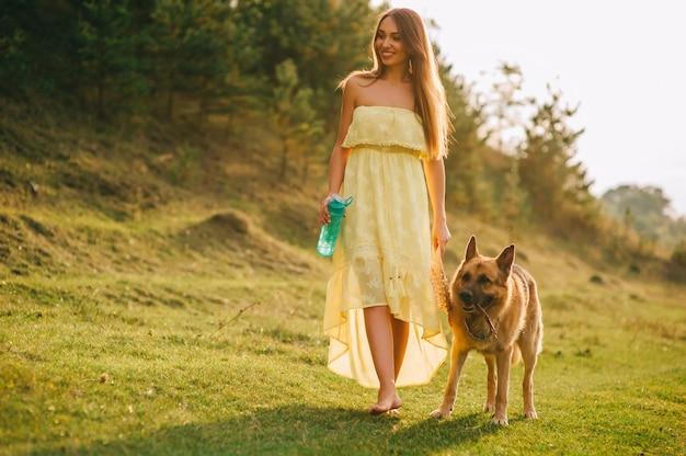 Schönes junges mädchen und ihr hund