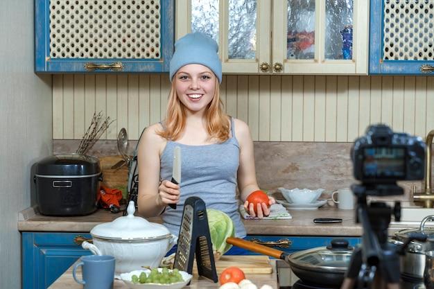 Schönes junges mädchen vlogger live-kochen in der küche für die arbeit von zu hause aus