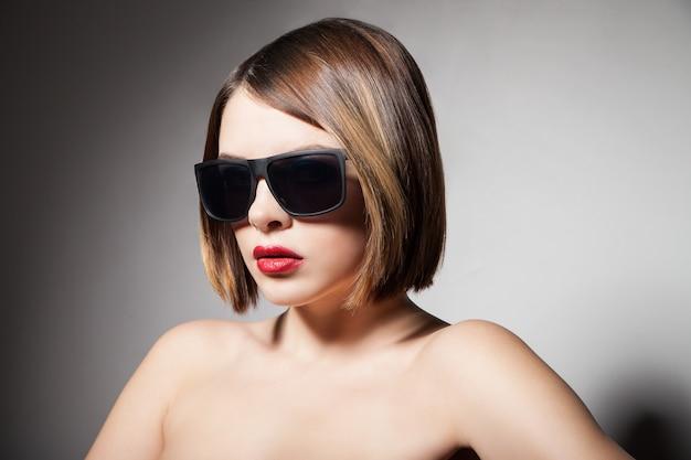 Schönes junges model mit großer brille