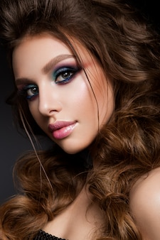 Schönes junges modell mit hellem make-up und sonnenbrandhaut-abendmake-up