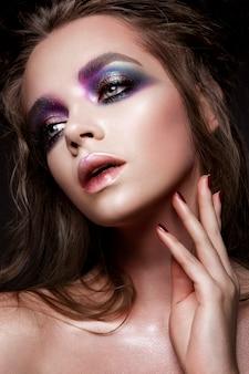 Schönes junges modell mit hellem make-up