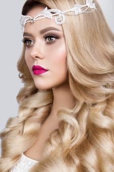 Schönes junges modell mit rosa lippen