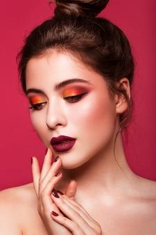 Schönes junges modell mit roten lippen
