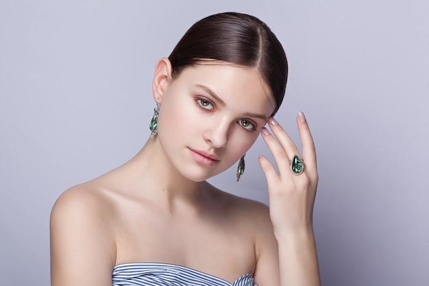 Schönes junges modell verkauft schmuck