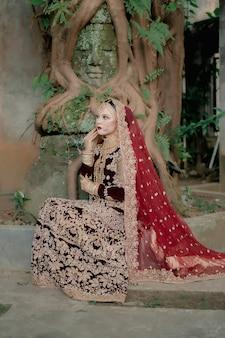 Schönes junges muslimisches mädchen indisches weibliches modell mit typischer luxuriöser kleidung