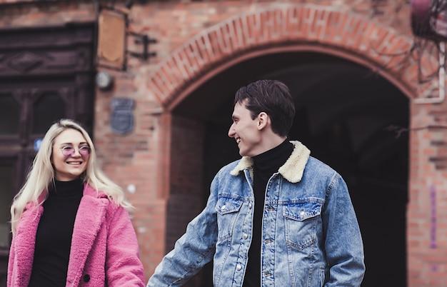 Schönes junges paar, das am valentinstag durch die stadt geht
