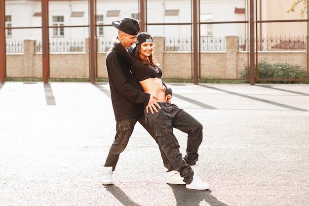 Schönes junges paar, das hiphop tanzt
