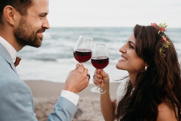 Schönes junges paar, das ihre hochzeit am strand hat Kostenlose Fotos