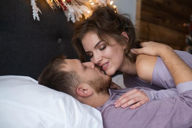 Schönes junges paar im schlafzimmer. valentinstag feiern.
