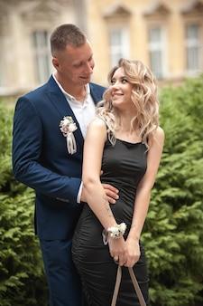 Schönes junges paar in freizeitkleidung