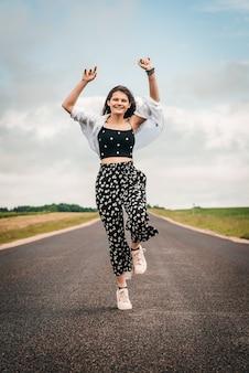 Schönes junges teenagermädchen, das auf der straße tanzt. freiheit generation z