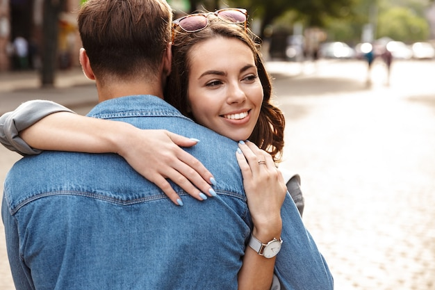 Schönes junges verliebtes paar im freien an der stadtstraße, umarmt
