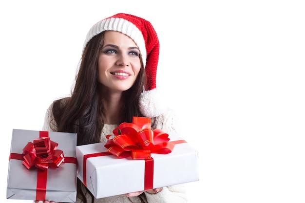Schönes junges weihnachtsmädchen mit einem geschenk als.