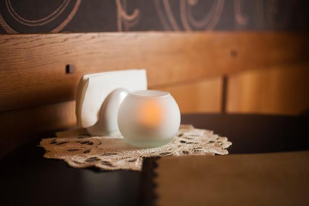 Schönes kaffeehaus in interessantem design, gemütlichkeit, kerze, tisch, servieren