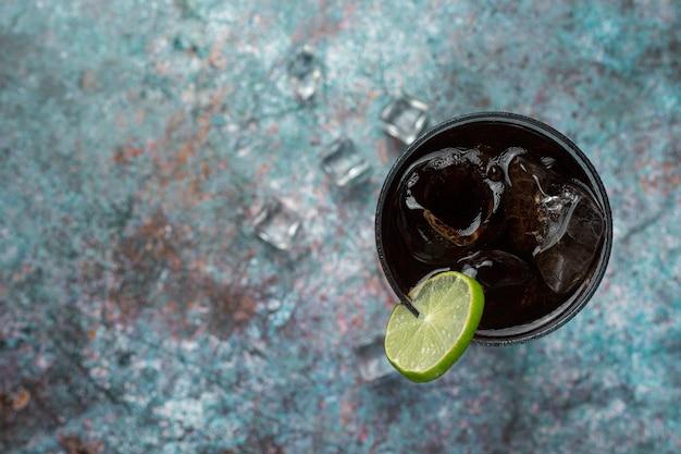 Schönes kaltes getränk cola mit eiswürfeln