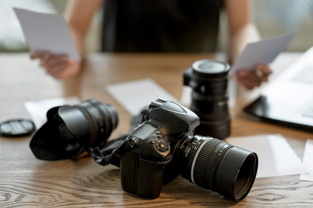 Schönes kameraobjektiv auf dem tisch