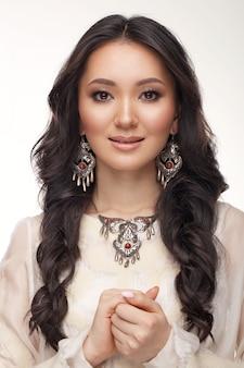 Schönes kasachisches mädchen im nationalen schmuck