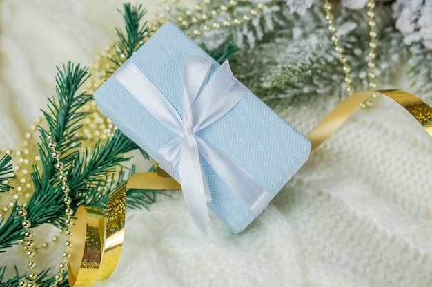 Schönes kastenüberraschungsgeschenk mit einem bogen für das feiertagsneujahr und weihnachten