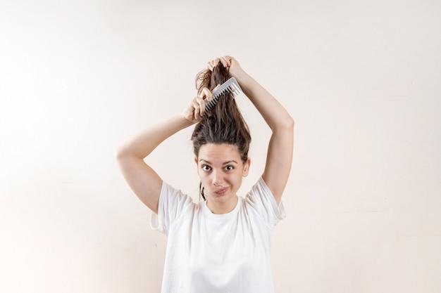 Schönes kaukasisches frauenmädchen mit nassem unordentlichem starkem nach bad. problem mit dünnem haar. isoliert