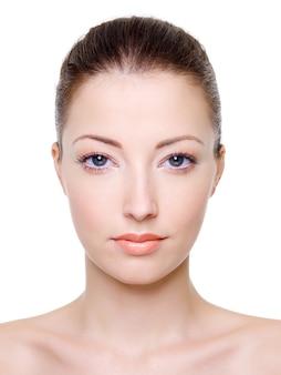 Schönes kaukasisches weibliches gesicht mit hellem mode-make-up