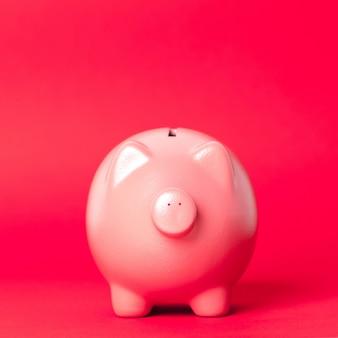 Schönes keramisches sparschwein, geldeinsparungenskonzept