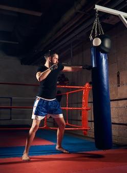 Schönes kickboxer-training tritt- und boxsack