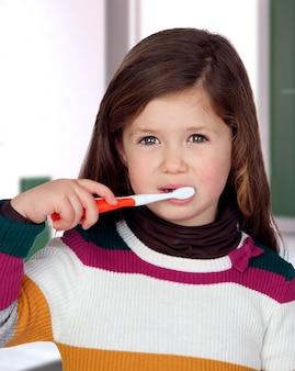 Schönes kind, das ihre zähne putzt
