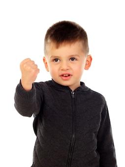 Schönes kind, das mit seinen fingern zählt