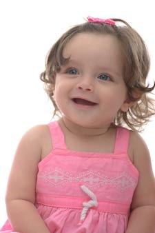 Schönes kind unschuldiges mädchenlächeln lokalisiert auf weißem hintergrund