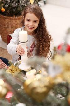 Schönes kind zu hause zu weihnachten
