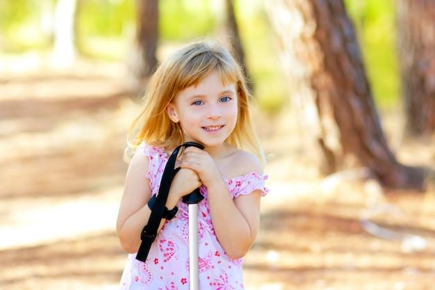 Schönes kindermädchen beim parkwaldlächeln
