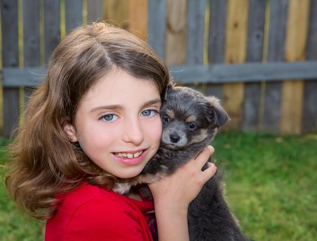 Schönes kindermädchenportrait mit welpenchihuahuahündchen