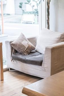 Schönes kissen auf sofadekoration im wohnzimmer