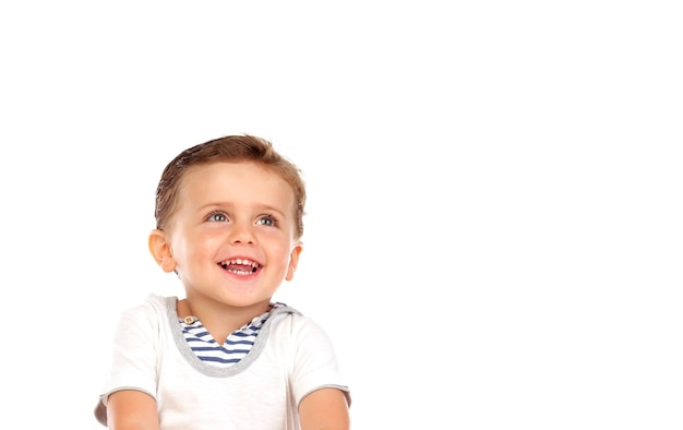 Schönes kleines kind mit einem schönen lächeln, das oben schaut