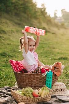 Schönes kleines mädchen auf einem picknick