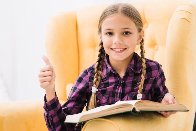Schönes kleines mädchen, ein buch zu lesen