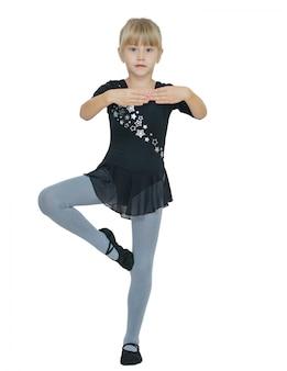Schönes kleines mädchen im kostüm für den tanz