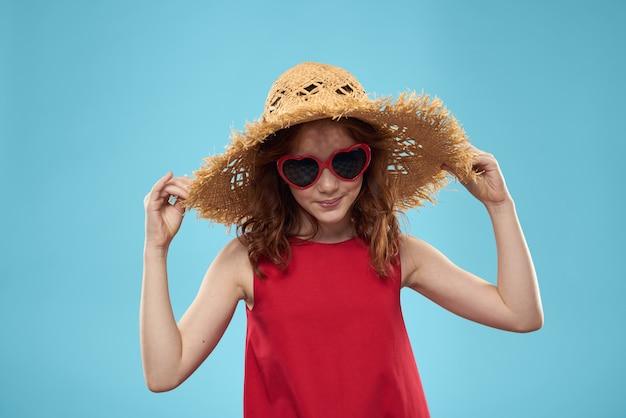 Schönes kleines mädchen in herzbrille und einem roten kleid, prinzessin, niedliches baby