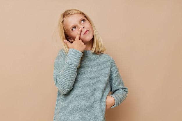 Schönes kleines mädchen mit blonden haaren scherzt lifestyle-konzept