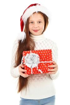 Schönes kleines mädchen mit geschenkbox isoliert auf weiß
