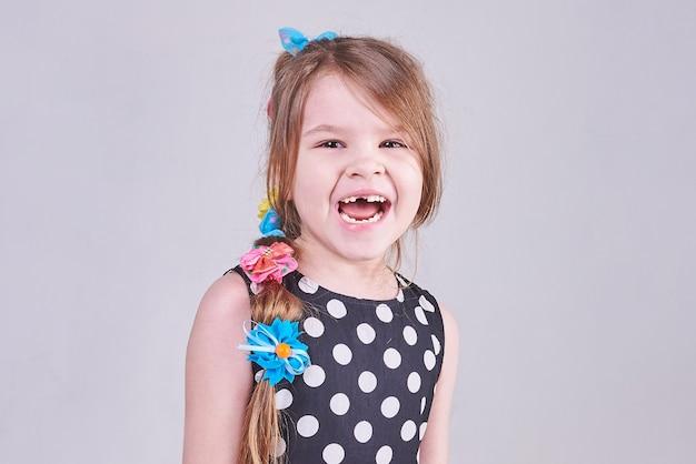 Schönes kleines mädchen schreit mit ihrem zahnlosen mund