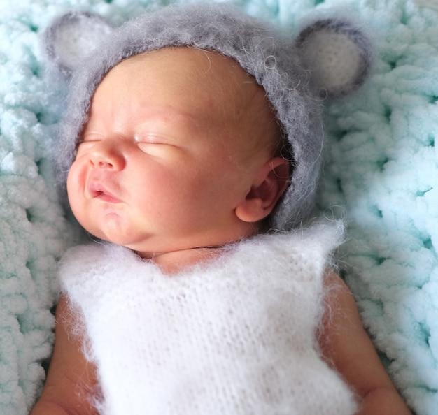 Schönes kleines neugeborenes baby schläft in einem maushut