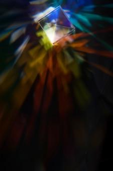 Schönes konzept mit prisma, das das licht zerstreut