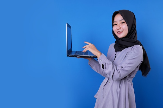 Schönes lächeln der asiatischen frau berühren einen laptop
