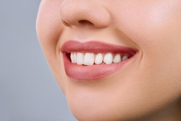 Schönes lächeln junge frau. weiße zähne. zahngesundheit. kopierraum