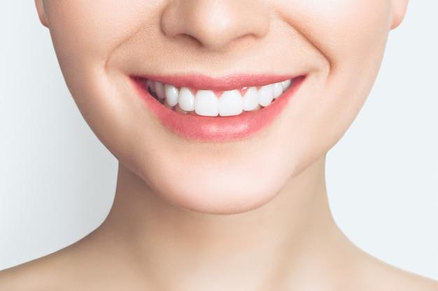 Schönes lächeln mit weißen zähnen