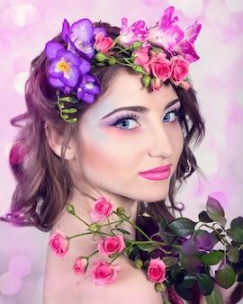 Schönes lächelndes mädchen mit blumen in ihrem haar