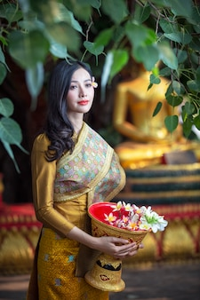 Schönes laos-mädchen im kostüm