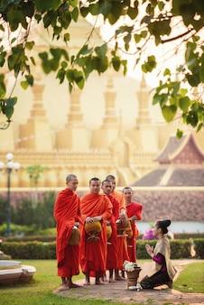 Schönes laos-mädchen in laos-tracht, weinleseart bei vientiane, laos.