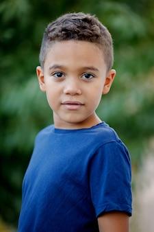 Schönes lateinisches kind, das kamera betrachtet